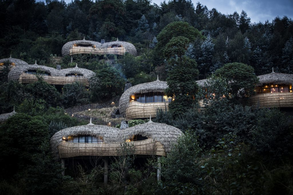 Bisate Lodge in Volcanoes National Park in Rwanda, the elimination of plastic in innovative ways is a priority: first, the table stakes: the lodge uses a water filtration system and does not serve any plastic bottled water to guests or staff.